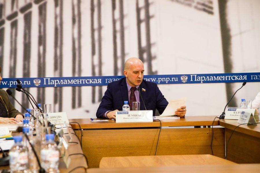 Николай Земцов зачитывает приветственное слово от Министра труда и социальной защиты населения Рязанской области В. С. Емца