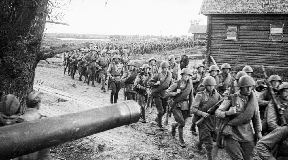 Подразделение красноармейцев проходит маршем через деревню в Польше, 1944 год