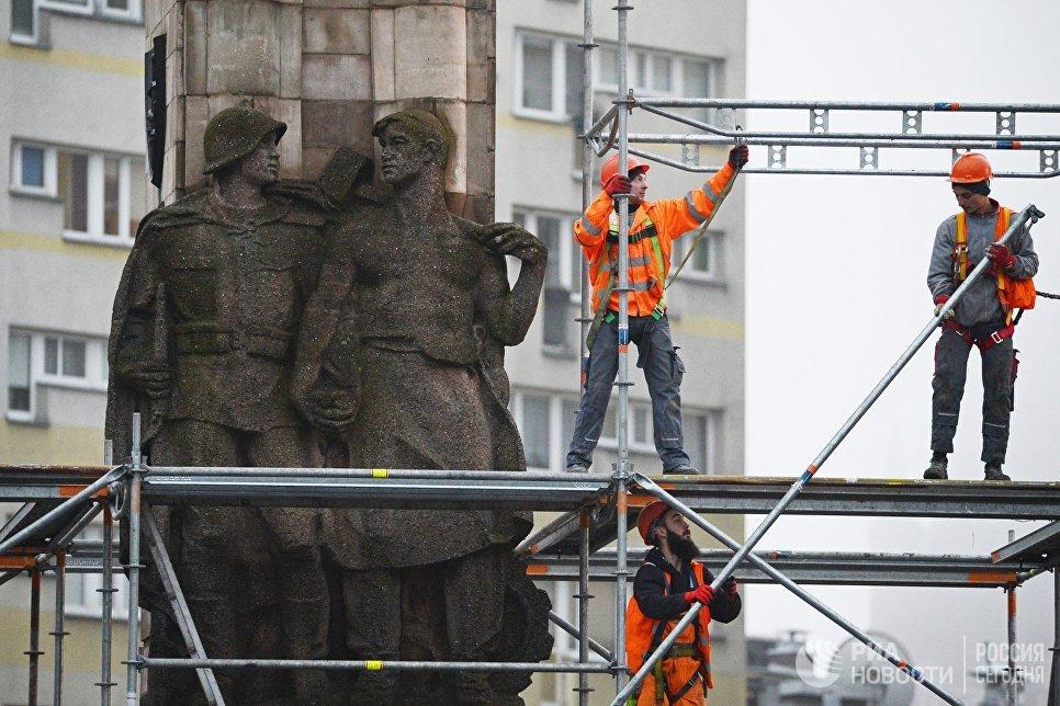 Демонтажа Памятника благодарности Красной армии в польском городе Щецин