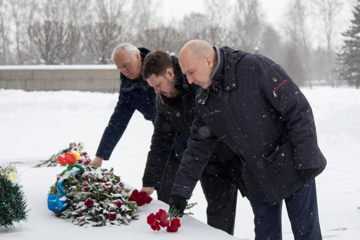 Депутат Государственной Думы ФС РФ Николай Земцов посетили с экскурсией Пискаревское кладбище и возложили цветы в память о погибших на войне ленинградцах